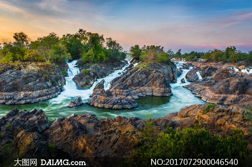 夕阳下美丽的小溪流水摄影图片