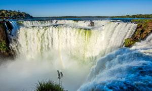 悬崖上壮观的瀑布美景摄影图片