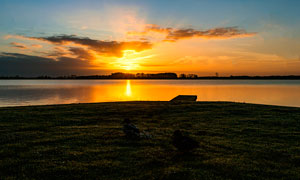 湖边美丽的夕阳景色高清摄影图片