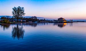湖边度假村黄昏美景摄影图片