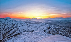 雪山山顶美丽的日落景色摄影图片