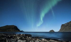 海边夜晚美丽的极光摄影图片