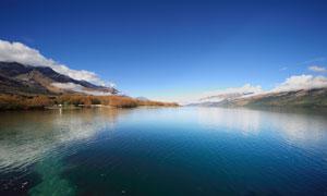 蓝天下的贝加尔湖美景摄影图片