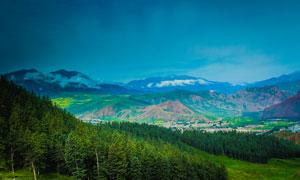 蓝天下的美丽山林景观摄影图片