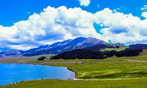蓝天下的美丽赛里木湖摄影图片