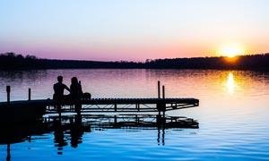 夕阳下湖边观景的情侣摄影图片