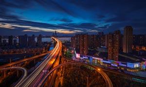 城市夜晚美丽的立交桥摄影图片