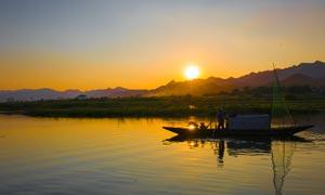 傍晚在湖中打渔的渔民高清摄影图片