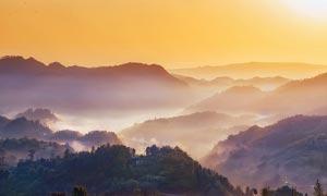 云雾缭绕的山间美景摄影图片