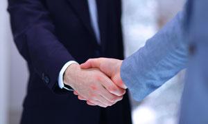 商务职场人物握手情景特写高清图片