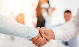 商务职场人物合作握手特写高清图片