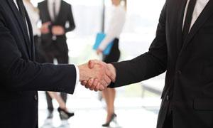 西装职场人物握手情景摄影高清图片