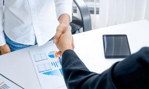 在办公桌前握手的人物摄影高清图片