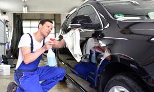 做汽车清洁美容的人物摄影高清图片