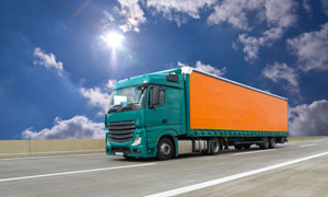耀眼阳光下的货运车辆摄影高清图片