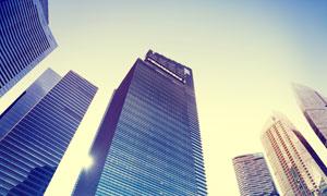 仰拍视角摩天大楼逆光摄影高清图片