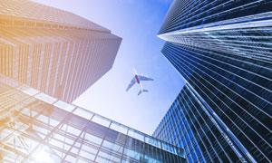 摩天大楼与上空的飞机摄影高清图片
