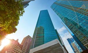 阳光下的城市建筑仰拍摄影高清图片