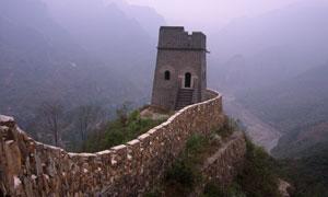 烽火台与远处雾气中的山峦高清图片