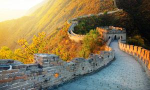 盘踞在山峦之上的长城摄影高清图片