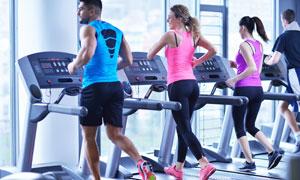 室内跑步健身运动男女摄影高清图片