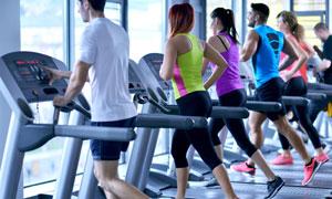 在跑步机上的健身男女摄影高清图片
