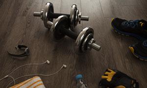 木地板上的哑铃等运动装备高清图片