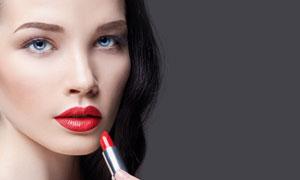 手拿着口红的浓妆美女摄影高清图片