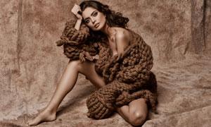 穿着厚毛衣外套的美女摄影高清图片