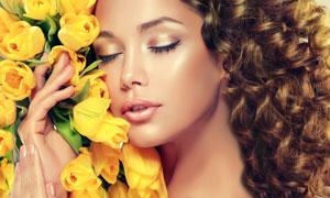 与鲜花亲密接触的美女摄影高清图片