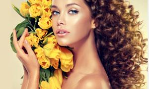 抱着黄色郁金香的美女摄影高清图片