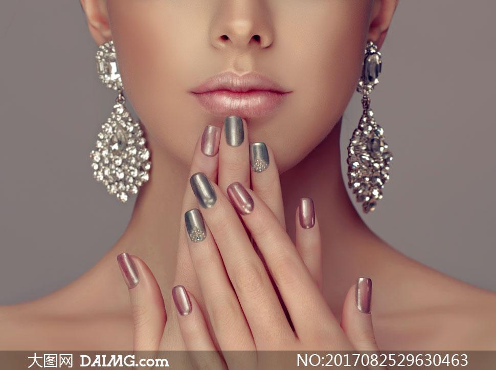 戴耳环的美甲模特人物摄影高清图片