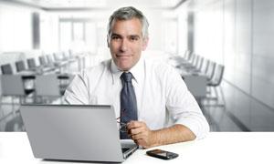 坐在办公桌前的上班族摄影高清图片