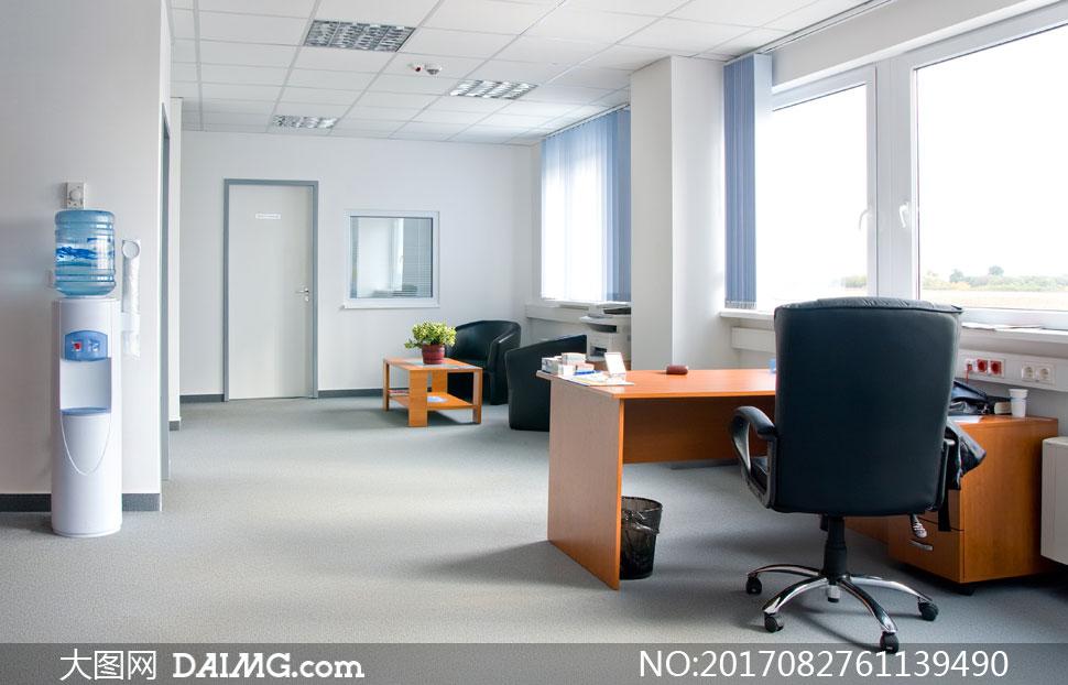 办公室内桌椅与饮水机摄影高清图片