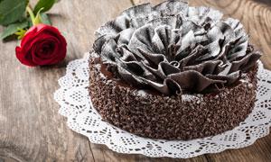 做了造型的巧克力蛋糕摄影高清图片