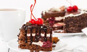 樱桃点缀的巧克力蛋糕摄影高清图片