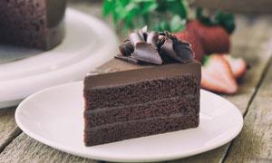 放盘子里的一块巧克力蛋糕高清图片