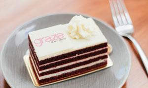 在盘子里码放好的美味蛋糕高清图片