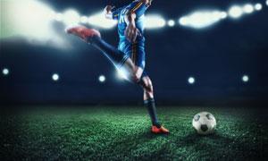 场上大力抽射的足球运动员高清图片