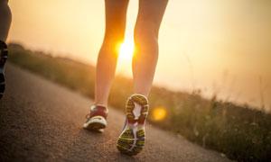 户外公路上的跑步人物摄影高清图片
