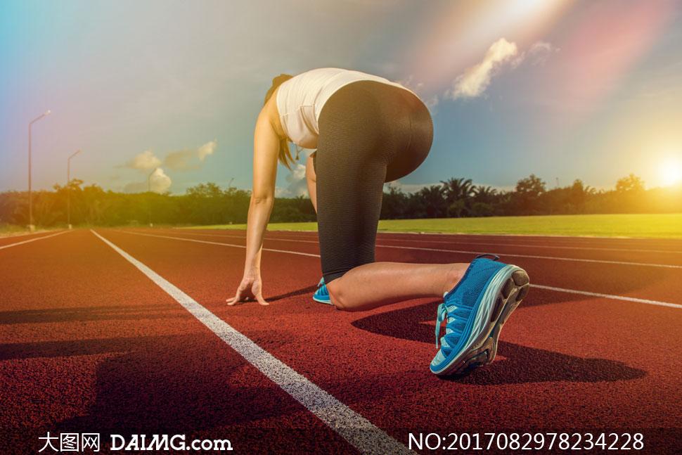 词: 高清图片大图素材摄影健身运动减肥瘦身人物跑步树木树丛跑道操场