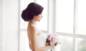 站在窗户边的新娘美女摄影高清图片