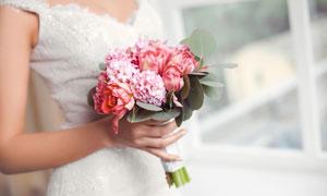 手拿着鲜花的新娘特写摄影高清图片