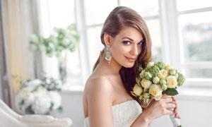 双手拿鲜花的开心美女摄影高清图片