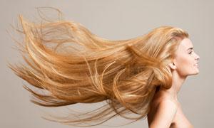 头发吹起来的露肩美女摄影高清图片