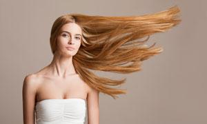 头发吹向一侧的抹胸装美女高清图片