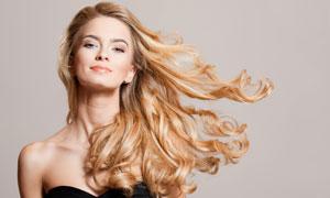 卷发妆容美女模特人物摄影高清图片