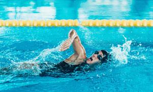 泳池中驰骋的人物主题摄影高清图片
