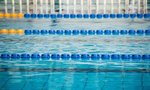 带泳道的无人泳池特写摄影高清图片