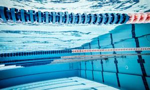 清澈见底泳池水下视角摄影高清图片